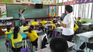 Jenn fent classe d'anglès a una escola, davant la pissarra amb un dibuix d'un castell amb el que en Lluís mostrava i explicava el món casteller als alumnes