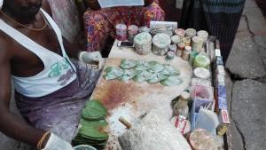 Preparació del betle-nut per la seva venda, per mastegar-ho, escopir-ho i destrossar-se les dents.