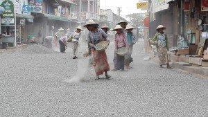 Meiktila, dones reomplint el carrer a ma !