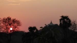 Gaudint d'una preciosa posta de sol abans d'acostar-nos al desagradable i turístic entorn de Bagan