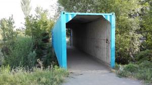 Reciclant contenidors, ara emprats com a ponts