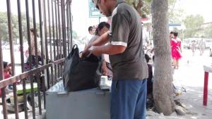 Canvistes amb bosses de plàstic plenes de milers de bitllets de 1000 Som (0,15€) i 5000 Som (0,77€)