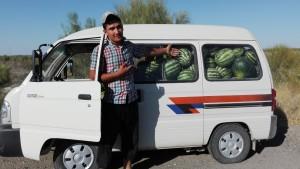 Generós noi (un encant) que avui porta 500 síndries dins una furgoneta típica de transport de persones