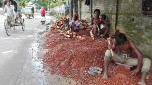 Els primers metres de Jenn a Bangladesh mentre uns quants viuen literalment picant pedra