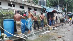 Chittagong, higiene personal a Station road, un dels carrers principals