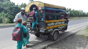 Canalla pujant a la furgoneta. Transport escolar