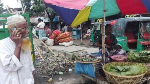 Al mercat de verdures al major de Nimshar, un home prepara i ven betlenut mentre l'altre telefona a sa senyora demanant què necessita per fer la truita de patates i el pà amb tomàquet