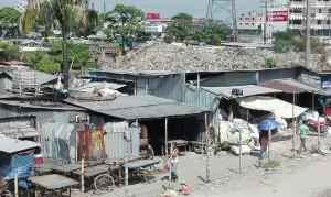 Les muntanyes de deixalles creixen al mig dels pobles, al mig de les cases