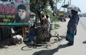 Tuktuk accidentat per causa d'un altre temerari descerebrat conductor d'autobús