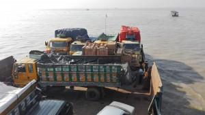 Creuant el riu Padma