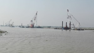 Construïnt el pont sobre el riu Padma