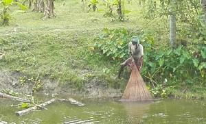 Pescador recollint xarxa