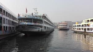 Grans vaixells al moll Sadarghat