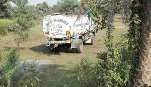 Una manera gens ecològica, greu i m'atreviria a dir que ilegal de netejar un camió amb productes altament contaminants
