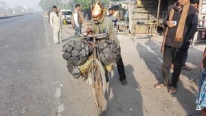 Home, bicicleta i sacs de carbó