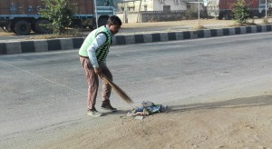 Escombrar per no recollir, deixar-ho apilat fins que algun vehicle o el vent ho torni a escampar, acumulant més brutícia per tot arreu