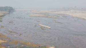 Gran riu en època seca quan la gent el pot caminar
