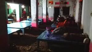 Aquestes fustes és on dormim avui, vestits i al costat d'uns altres que quan deixen de parlar cridant, dormen sobre uns sacs i palla. Aquests dormen com els animals, com el que son