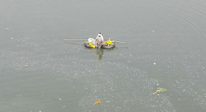 Si no pots tenir una barca i vols pescar al mig de l'aigua, sempre pots reciclar un parell de neumàtics