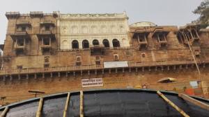 Palau davant el riu Ganges