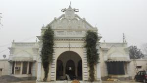Un edifici amb una mica d'art, a Dhakawa