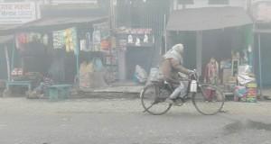 Imatge molt habitual. Persones ben embolicades en mantes circulant amb velles bicicletes