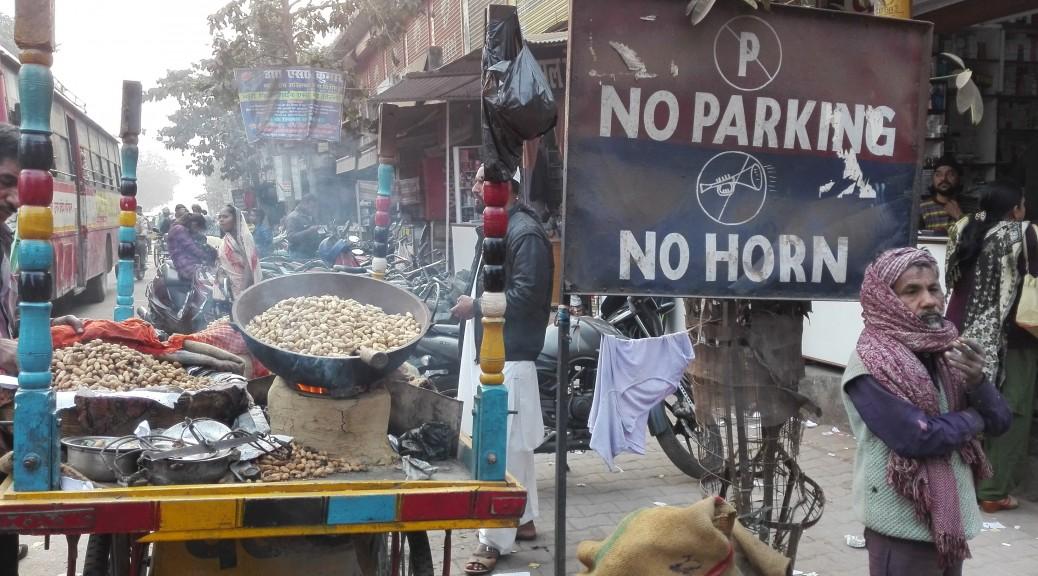 Ni aparcar, ni tocar el clàxon. Ja, ja, ja, ja ... a això no li foten ni cas, ni a Sultanpur ni enlloc més. A CAP població a partir 3 ó 4 cases. Això és impossible. El soroll és demencial, horrible i estem convençuts que ens està afectant la salut