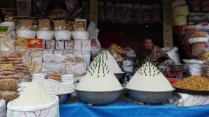 A part de mostrar els productes en venda, publiquem la foto per que és un dels poquíssims llocs on hem vist una dona treballar (fora del camp). Les dones, igual que succeïa a països anteriors amb diferent religió, trobem que son les grans absentes de tot arreu