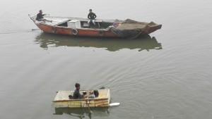 Nen amb la mínima expressió del que es pot considerar una barca