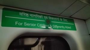 Seients reservats al metro amb el tacte i delicadesa de identificar les persones amb problemes físics NO com a DIScapacitats