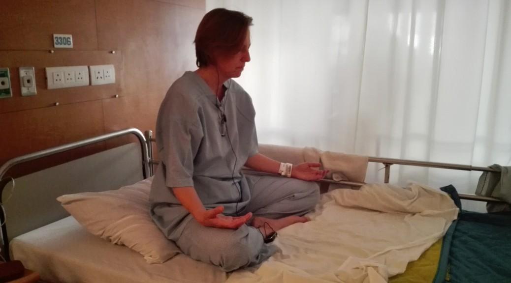 Jenn meditant abans d'entrar a quiròfan en una posició que trigarà a poder repetir