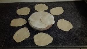 Fent pa local o roti. Convertim la pasta en fines galetes grans