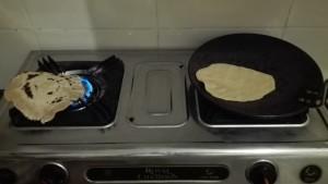 Fent pa local o roti. Cada pa primer va sobre una paella sense oli ni res. S'escalfa una mica fins que agafa certa consistència. Després es deixa directament sobre les flames per acabar-ho de fer, més o menys torrat, a gust del consumidor