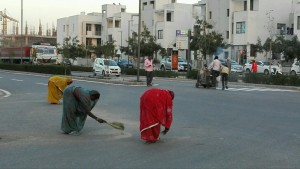 Dones escombrant el carrer, acotades trencar-se l'esquena per utilitzar aquestes escombres curtes que no entenem com son tan populars. De veritat no voleu afegir un pal i no castigar-vos així??