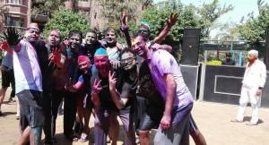 Feliç Holi ! Happy Holi ! I els adults tornen a ser canalla per un dia. Quina disbauxa de color!