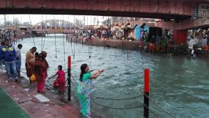 Persones fent les seves ofrenes al Ganges