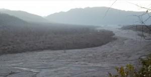 Riu Chandrabhaga amb Rishikesh al fons