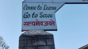 Veniu a aprendre, marxeu a servir. Aquest missatge copsat a algunes escoles, ens encanta