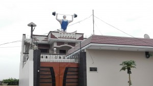 Seguim amb les curioses decoracions dels terrats. S'ha de tenir 'coratge' per plantar-te això damunt de casa teva...