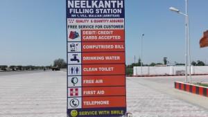 Serveis que s'ofereixen a aquesta benzinera. Voldríem destacar 2 dels serveis anunciats: .. clean toilet (lavabo net) i .. service with smile (servei amb somriure)