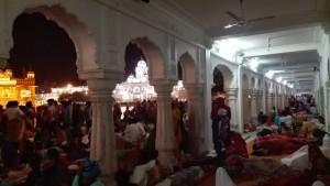 Persones dormint al terra i a l'aire lliure dins el temple. Això és a les 2 de la nit...