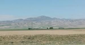 Els camps treballats s'estenen i emparren fins les muntanyes