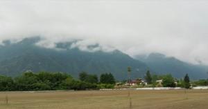Muntanyes cobertes d'arbres i núvols