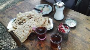 Generosa invitació amb els típics te, pa i formatge