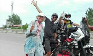 Companys de ruta, de viatge, gairebé de manera de viure. Primer a peu, després en bici i més tard en moto. La progressió de l'humanitat?