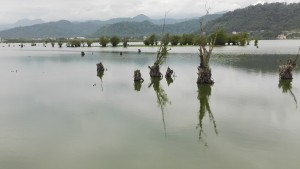 Un llac proper a Astara amb boniques vistes de les densament poblades muntanyes