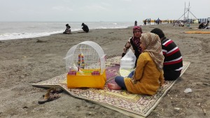 Pícnic a la platja d' Astara, portant-se l'ocell de casa