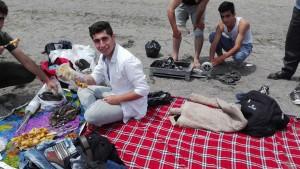 Pícnic a la platja d' Astara, portant-se el foc per fer una bona barbacoa de pollastre