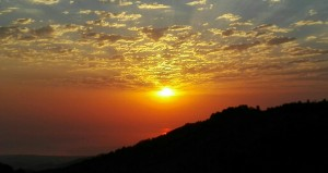 Fent-se de dia al damunt les muntanyes, veient com el sol encara es reflexa sobre el mar Caspi