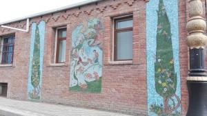 Mosaics a un dels carrers principals que creuen Ganja